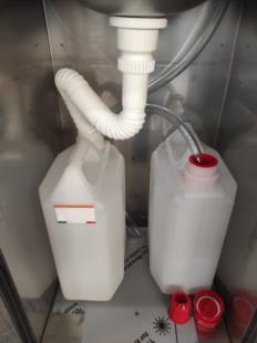 interno-con-taniche-raccolta-acqua-pulita-sporca